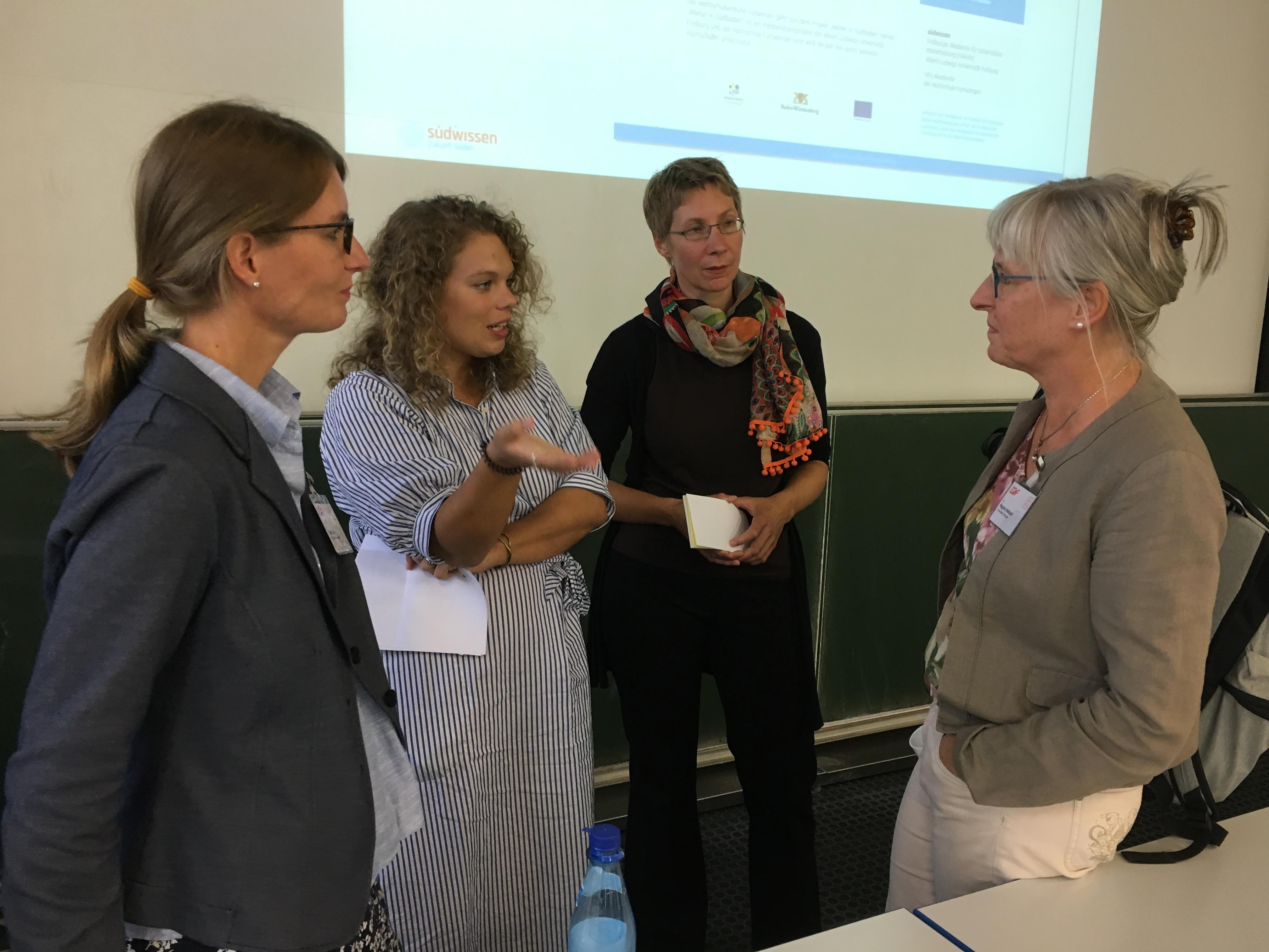 Katrin Ziem, Sophia Metzler und Julia Juhnke im Gespräch mit einer Zuhörerin nach dem Vortrag